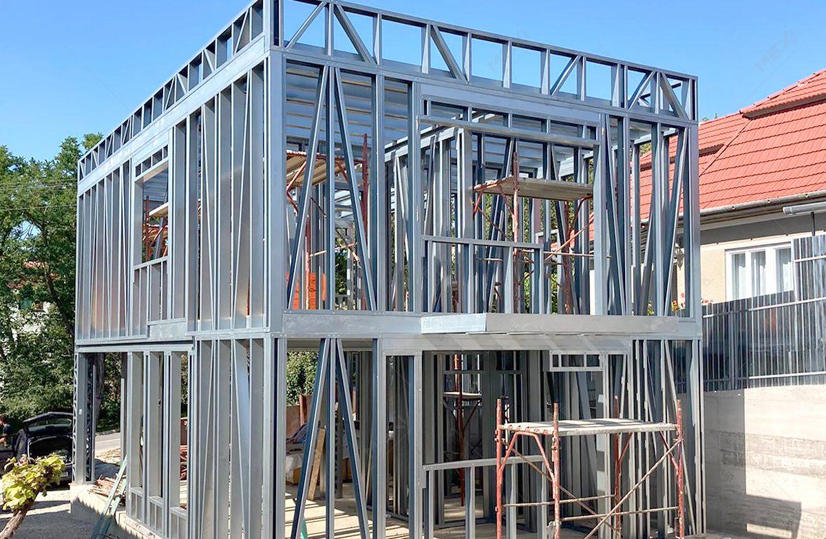 casa cu etaj cosntruita pe structura metalica usoara