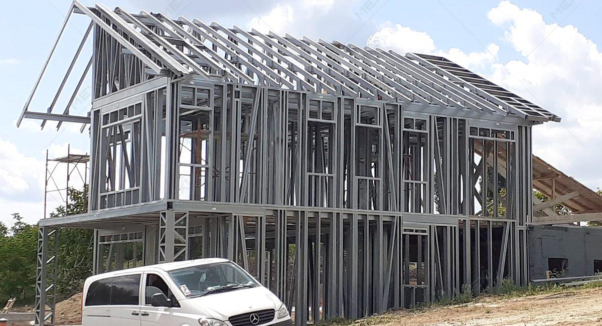 casa ridicata pe structura metalica