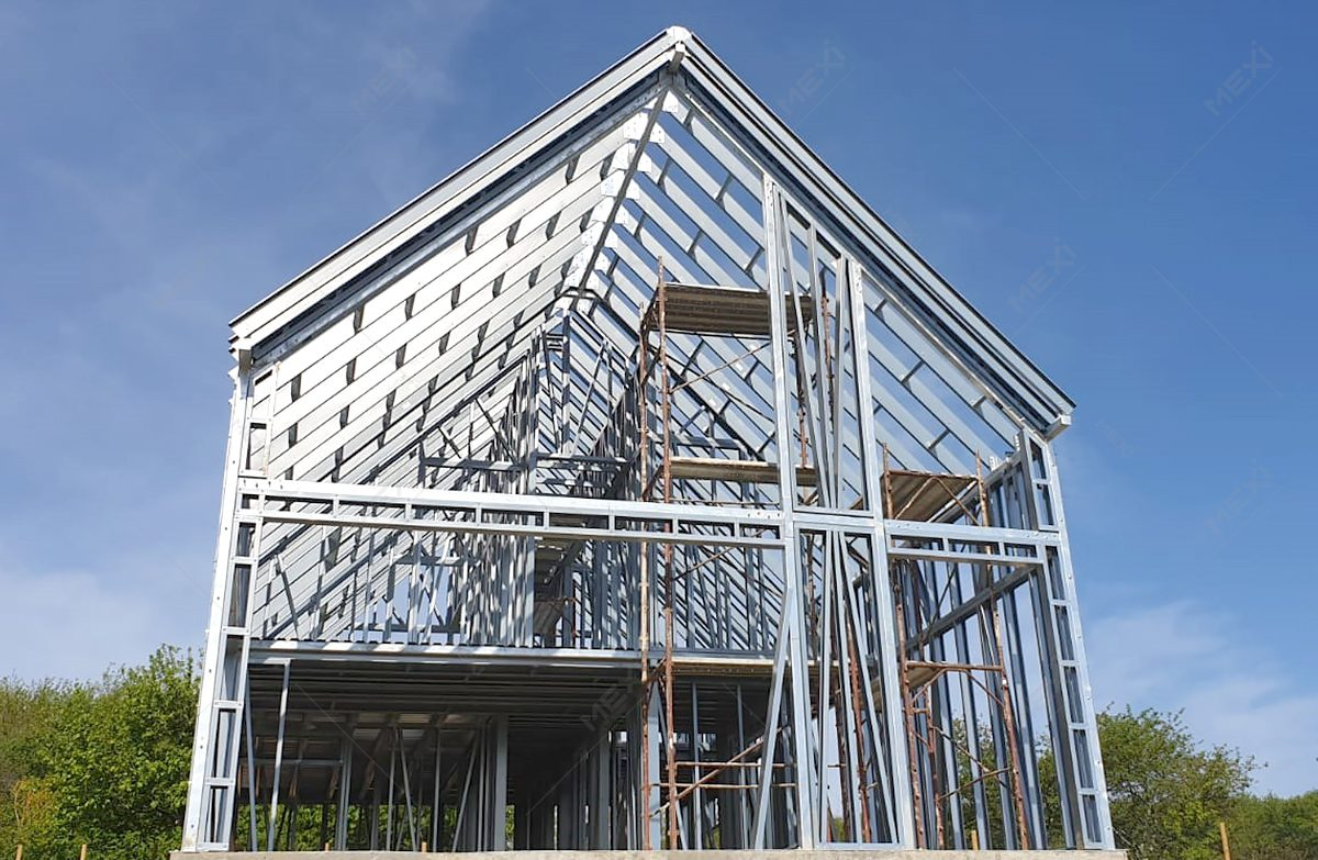 constructie din ferme metalice preasamblate